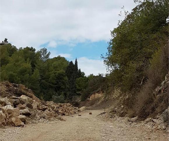 Дорога на кладбище: ямы, камни и другие опасные явления
