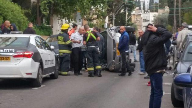 Машину занесло на бок на узкой улице
