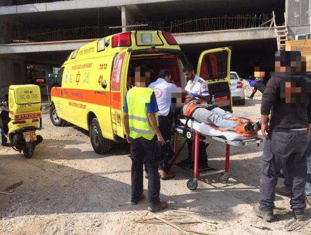 Пенсионер выпал из здания с 5-метровой высоты