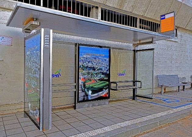Десятки автобусных остановок остались без скамеек. Почему?