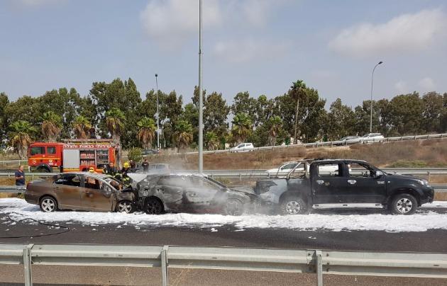 Шоссе №22: три автомобиля столкнулись и загорелись