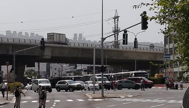 Инвалиды перекрыли шоссе — граждане выломали дверь «Метронита»