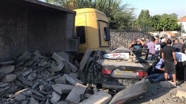 Тяжёлый грузовик перевернулся и задел 6 автомобилей
