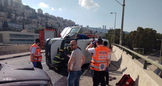 Нижняя Хайфа: автомобиль перевернулся на мосту