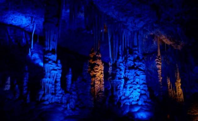 Приглашаем на экскурсию: сталактитовая пещера и монастыри
