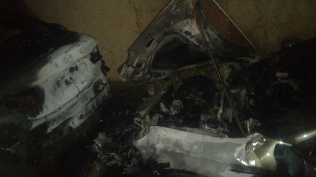 Под окнами жилого дома сгорели почти все автомобили