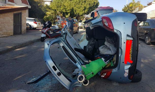 Автомобиль перевернулся: пожарным пришлось его разрезать…