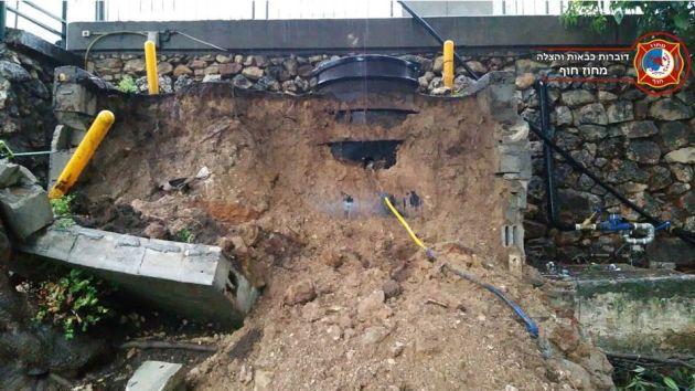Из-за дождей обрушилась стена, под которой был скрыт резервуар с газом