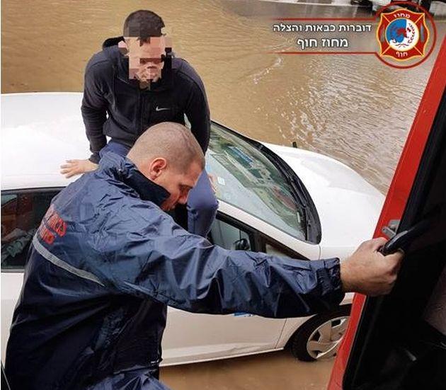 «Дождевая сводка»: горящий автомобиль и застрявшие в глубоких лужах