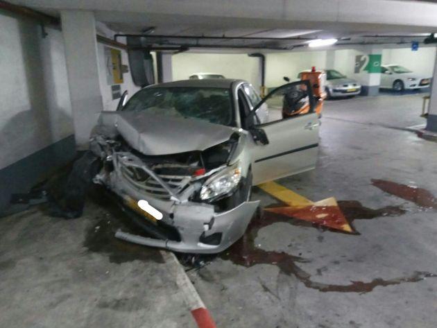 Автомобиль врезался в стену
