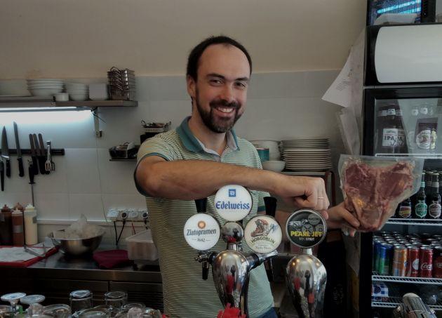 Новый репатриант открыл успешный ресторан. Концепция: хорошее мясо и вкусное пиво