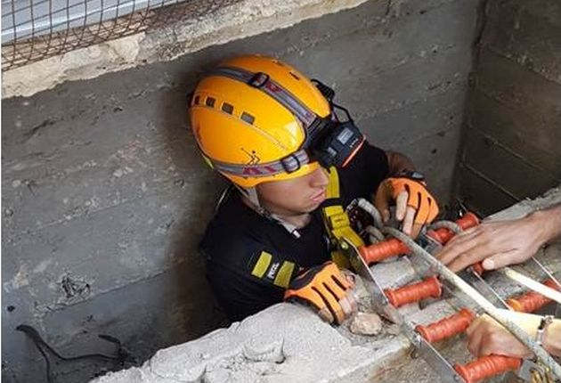 Как пожарный оказался на дне узенькой 9-метровой шахты