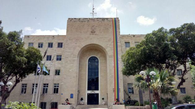 Здание мэрии вновь украсили радужным флагом
