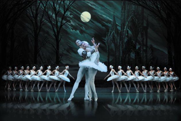 Ирина Колесникова так прекрасна и грациозна, что создается впечатление, будто на сцене настоящий лебедь