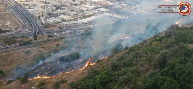 Пожар на окраине Неве-Шаанана: пожарные останутся дежурить всю ночь