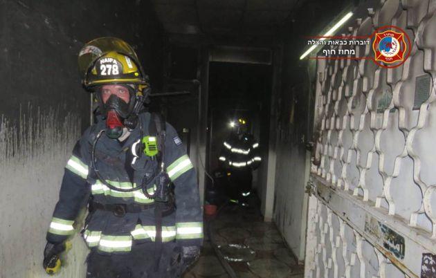 Два ночных пожара: горели дверь, склад, автомобиль…