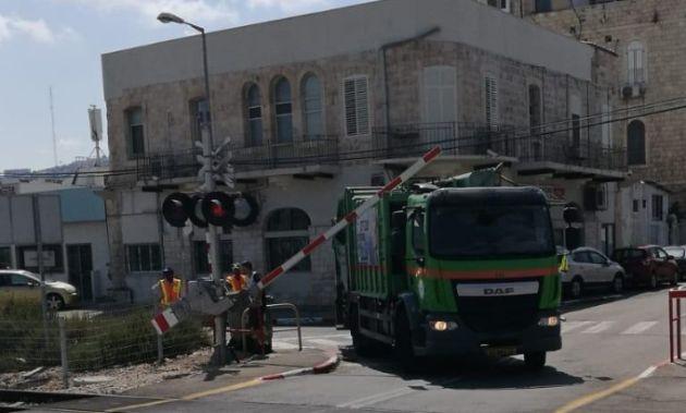 Мусороуборочный грузовик сбил шлагбаум, что привёло к перебоям в движении поездов