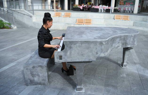 В Хайфе установили рояль из… бетона. Желающие приглашаются музицировать!