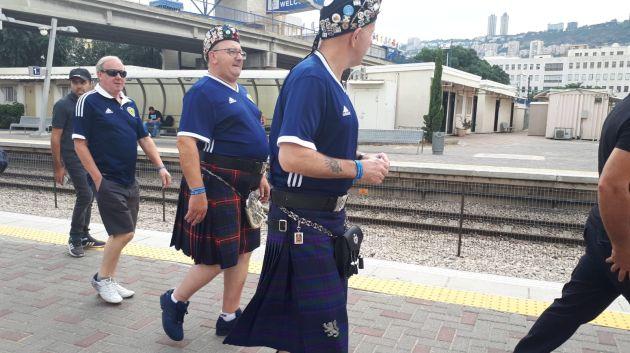 По Хайфе ходят мужчины в юбках. Раскрываем секрет
