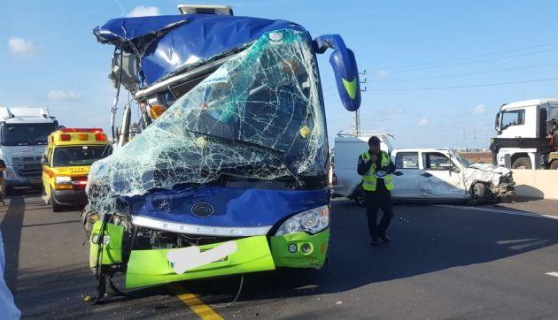 Тяжёлая авария:  столкнулись автобус, грузовик и легковой автомобиль
