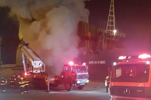 Серьёзный пожар в Хайфском порту. Работа пожарных продолжается