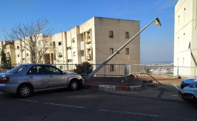 Фонарный столб едва не упал на жилое здание в результате ДТП