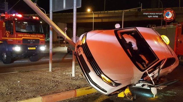 Машина врезалась в столб: три пожарных расчёта вызволяли водителя