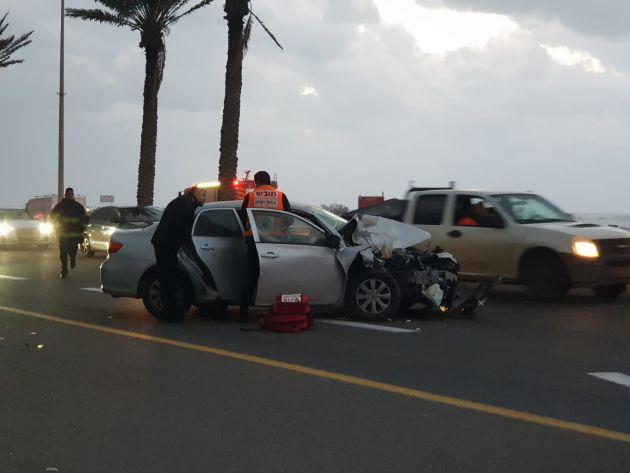 Столкнувшиеся автомобили перекрыли шоссе Хайфа-Тель-Авив