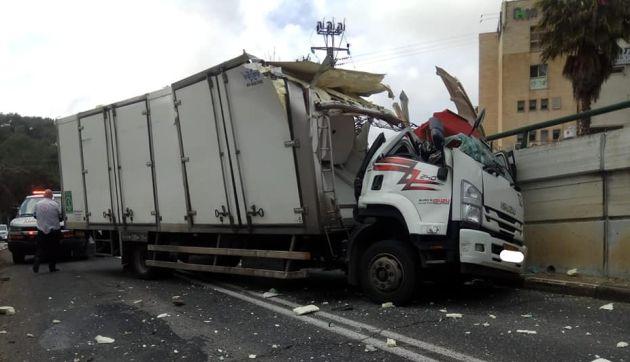 Низкий туннель на Дерех Ханкин: у грузовика снесло крышу
