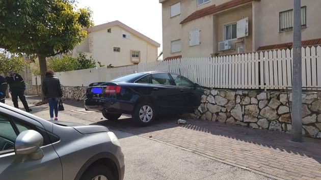 Во время парковки пробила ограду здания