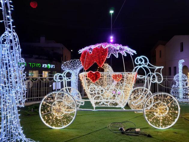 В Хайфе появилась новая светящаяся достопримечательность с каретой, лошадкой, инструментами и «любящими сердцами»